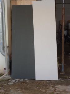 Das Grau ist für die Fassade und das Beige für Fenster, Türen und Paneel